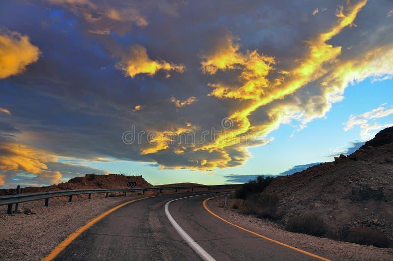 Solnedgång över ökenvägen, Israel royaltyfri foto