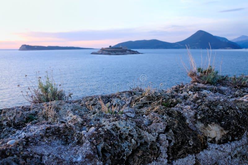 Solnedgång över ön royaltyfri fotografi