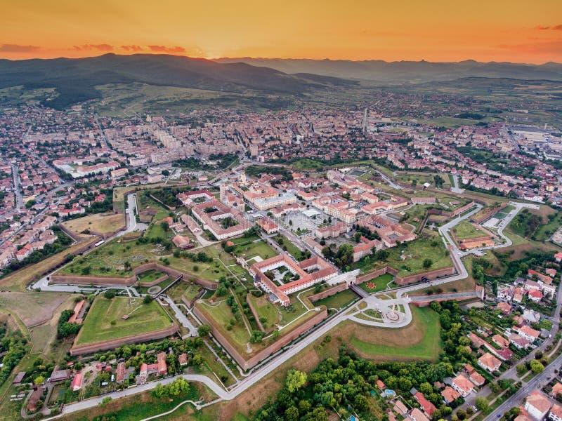Solnedgång över Alba Iulia Medieval Fortress i Transylvania som är romani arkivfoton