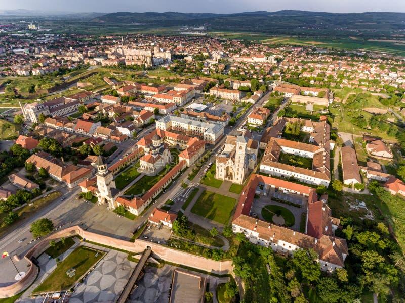 Solnedgång över Alba Iulia Medieval Fortress i Transylvania som är romani royaltyfria foton