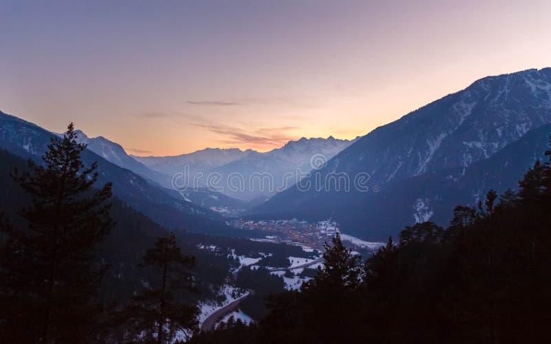 Solnedgång över alpsna royaltyfria bilder