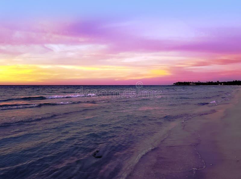 Solnedgång över Atlantic Ocean i Varadero, Kuba arkivfoto