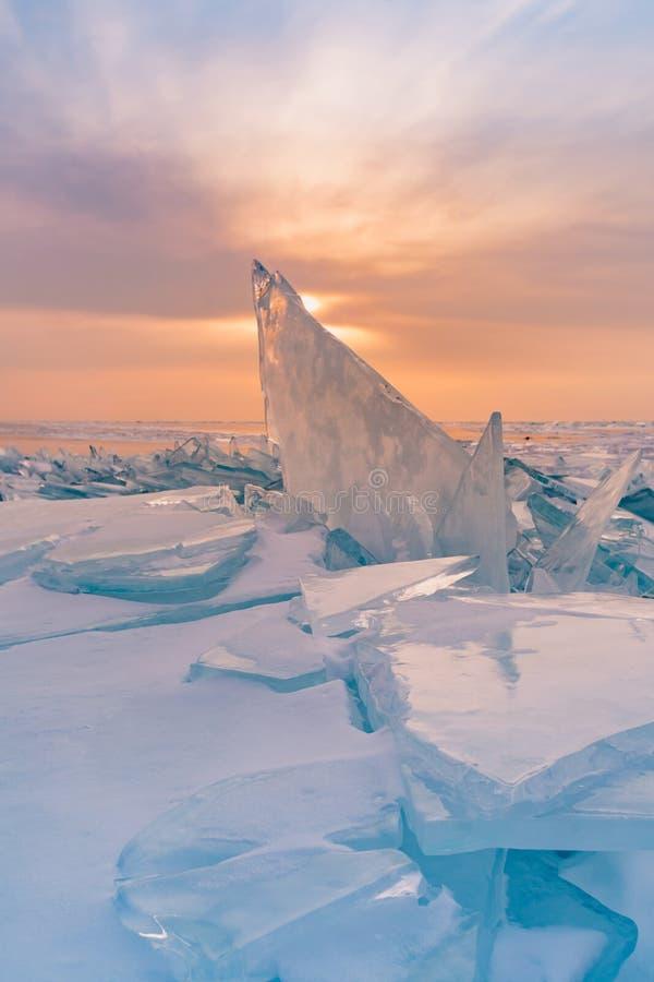 Solnedgång över avbrott av is i säsong för vinter för Baikal vattensjö royaltyfria bilder