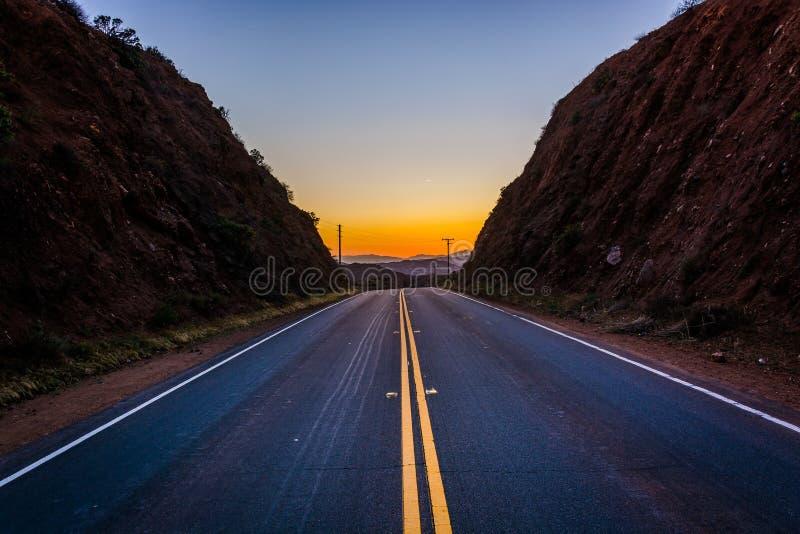 Solnedgång över avlägsna berg och Escondido Canyon Road, i Agua royaltyfri fotografi