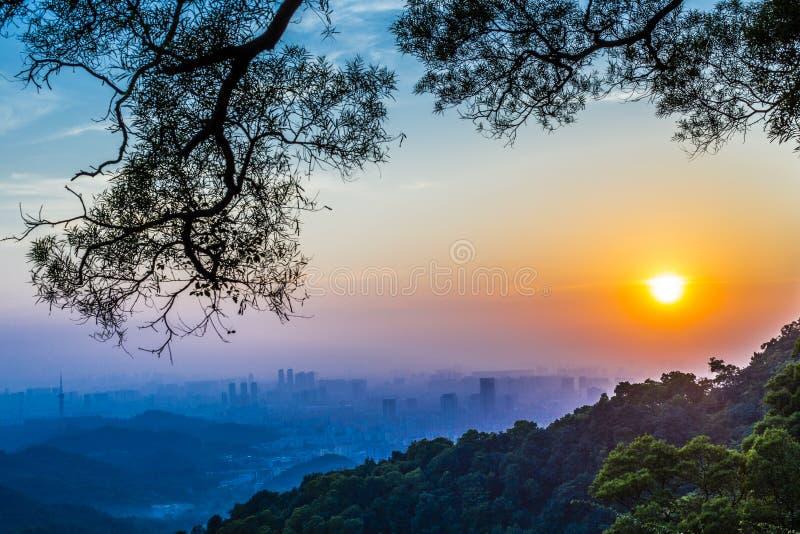Solnedgång över baiyunberget arkivbilder