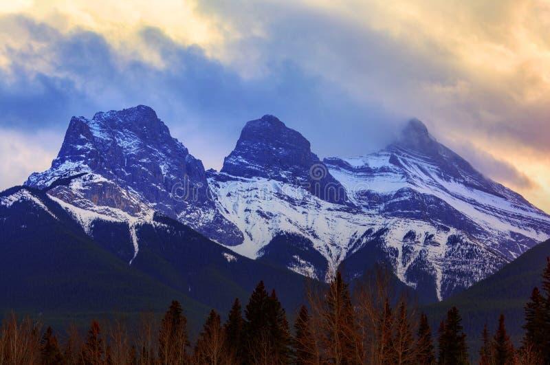 Solnedgång över berömda tre systerbergmaxima i Canmore, Cana arkivfoto