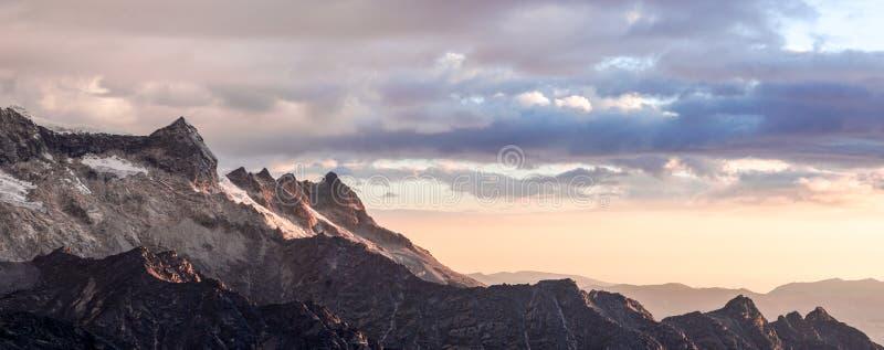 Solnedgång över berg i Anderna i Peru med en inflyttning för varm framdel royaltyfri bild