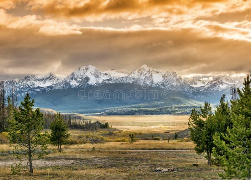 Solnedgång över berg i Idaho royaltyfri fotografi
