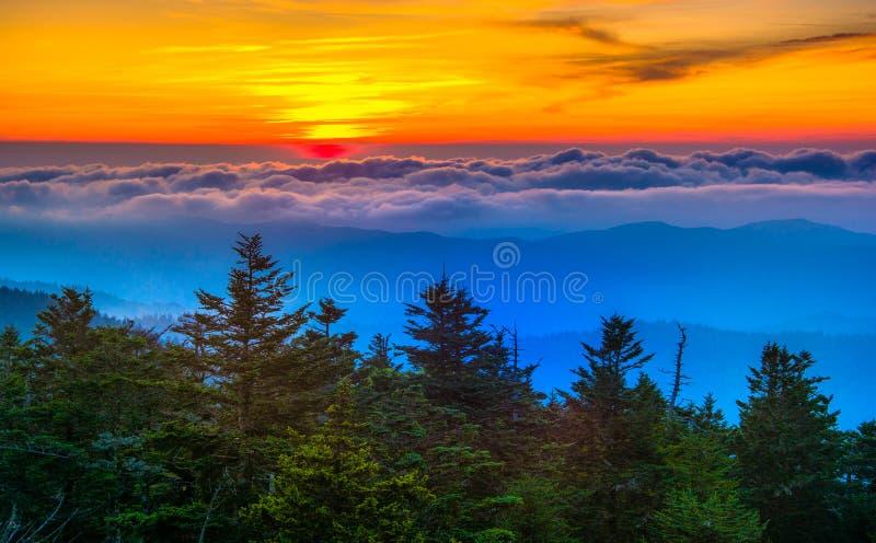 Solnedgång över berg och dimma från Clingmans kupolobservation T arkivbild