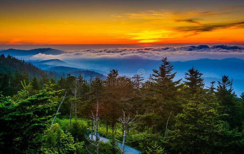 Solnedgång över berg och dimma från Clingmans kupolobservation T royaltyfria foton