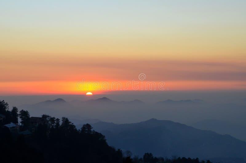 Solnedgång över berg och träd av Murree Punjab Pakistan royaltyfria foton