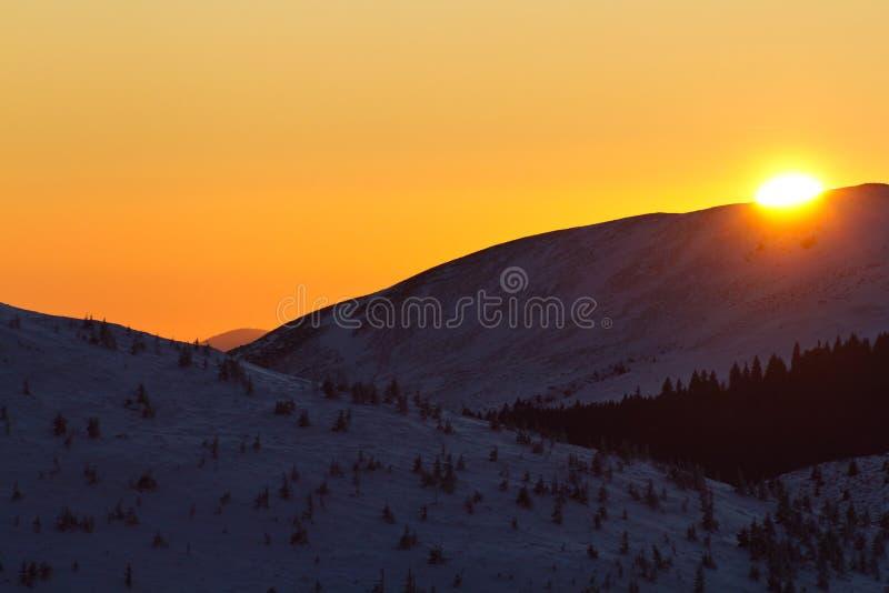 Solnedgång över bergen arkivbilder