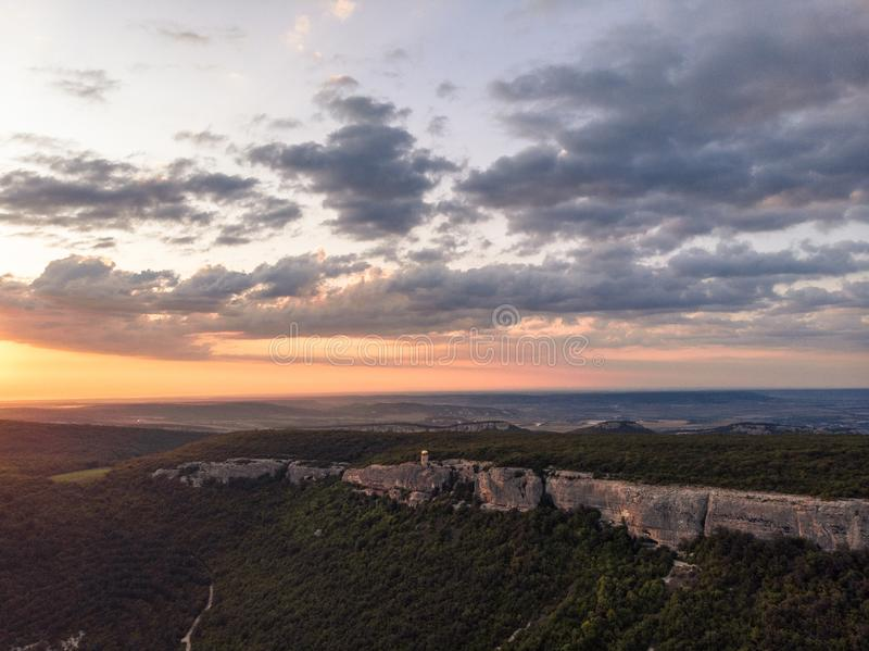 Solnedgång över bergkloster av Krim royaltyfria foton