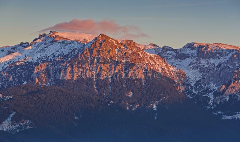 Solnedgång över Bucegi berg, Rumänien royaltyfri foto