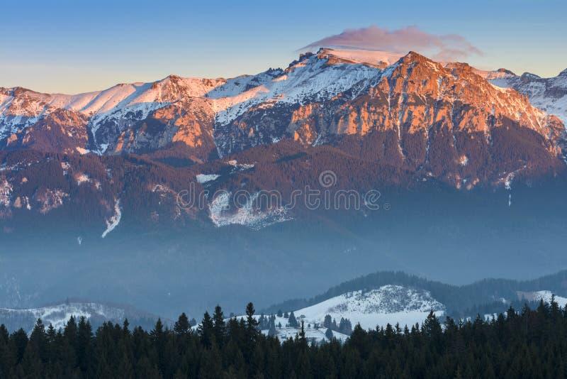 Solnedgång över Bucegi berg, Rumänien arkivfoton