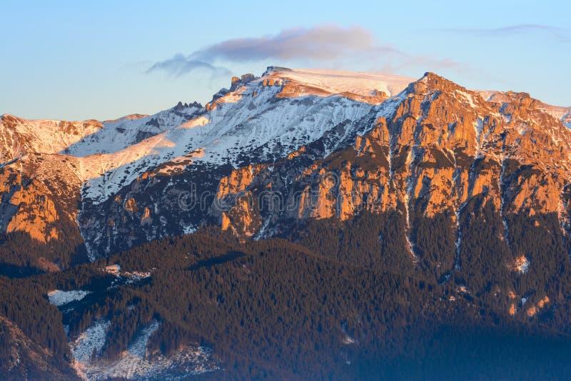 Solnedgång över Bucegi berg, Rumänien fotografering för bildbyråer