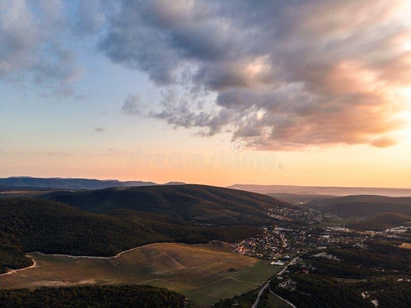 Solnedgång över byn i Krimet royaltyfria foton