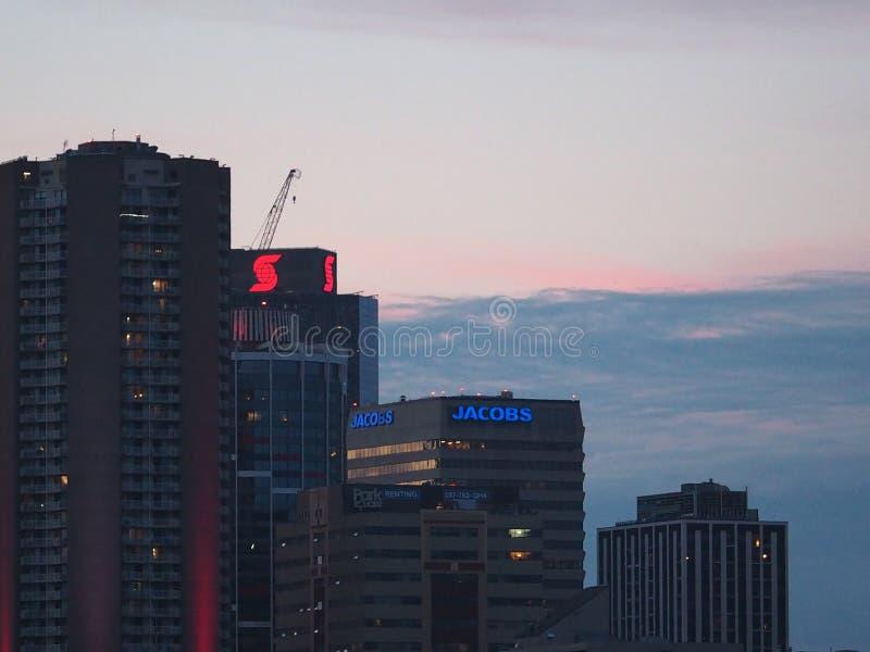 Solnedgång över centrum i Edmonton Alberta royaltyfri bild