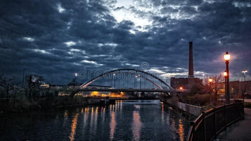 Solnedgång över Chicagoet River Presentera en promenad, en tappning arkivfoton
