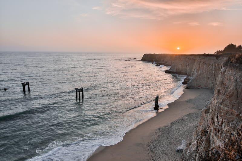 Solnedgång över Davenport Pier Beach royaltyfria foton