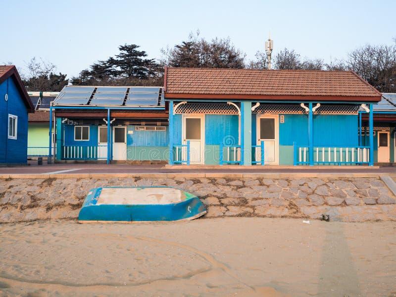 Solnedgång över de blåa kabinerna royaltyfria bilder