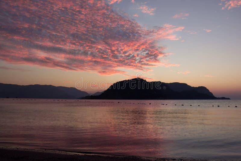 Solnedgång över de delikata skuggorna för hav av solnedgånghimlen arkivbild