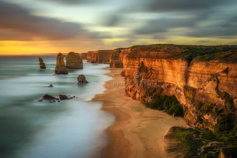 Solnedgång över de tolv apostlarna i Victoria, Australien, nära Po royaltyfria foton