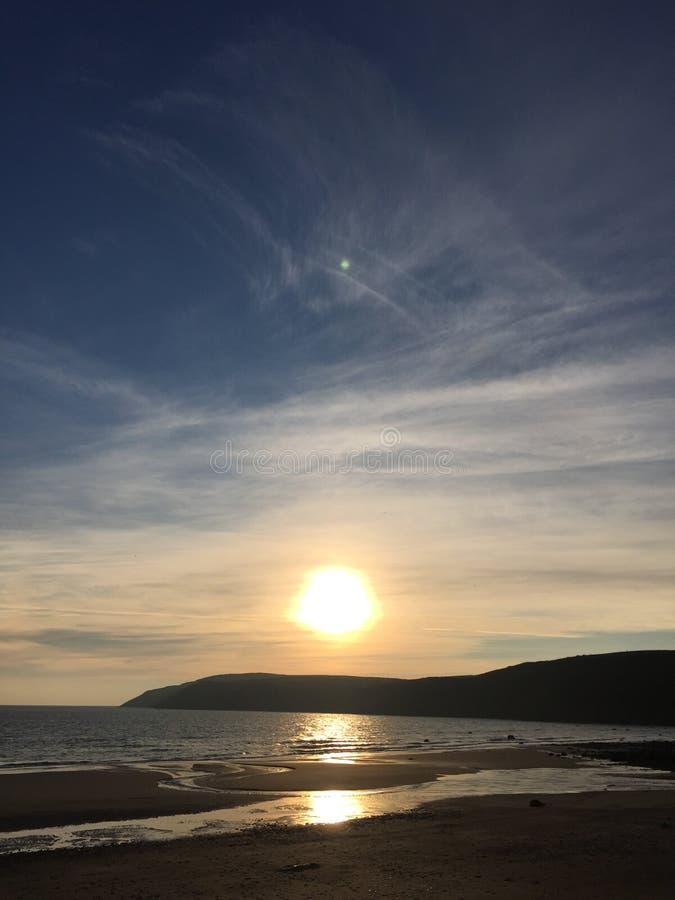 Solnedgång över den Aberdaron byn, Wales royaltyfria foton
