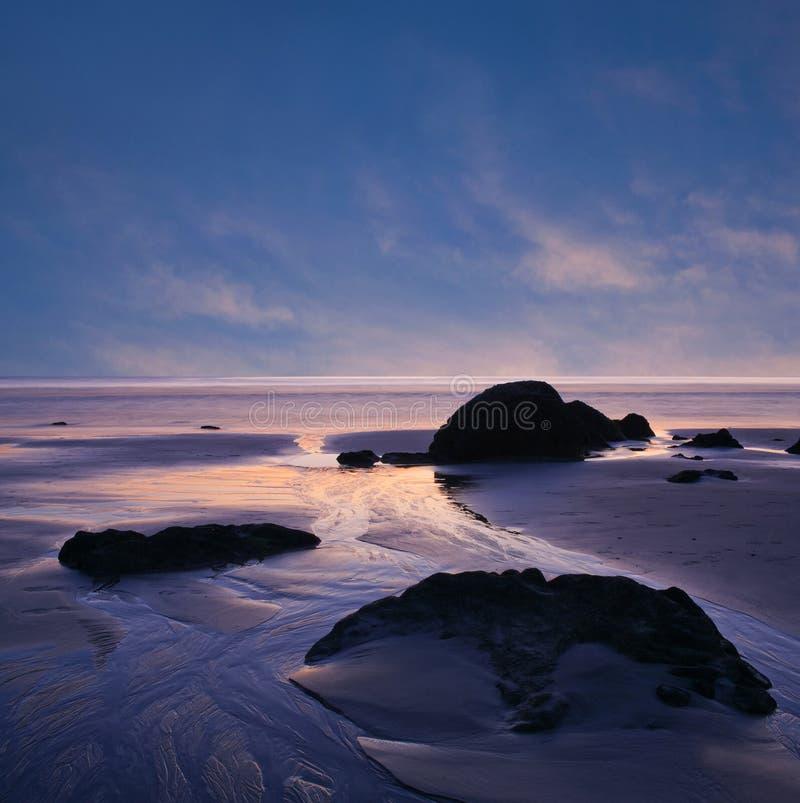 Solnedgång över den abstrakta bakgrunden för hav arkivbilder