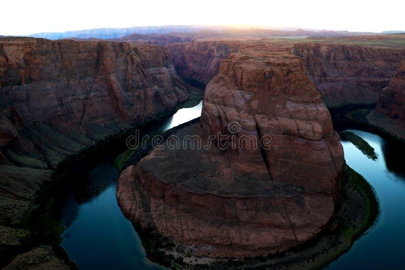 Solnedgång över den berömda hästskokrökningen Utah och Arizona Den härliga Coloradofloden sned detta hästskon formade reflektera  royaltyfria foton