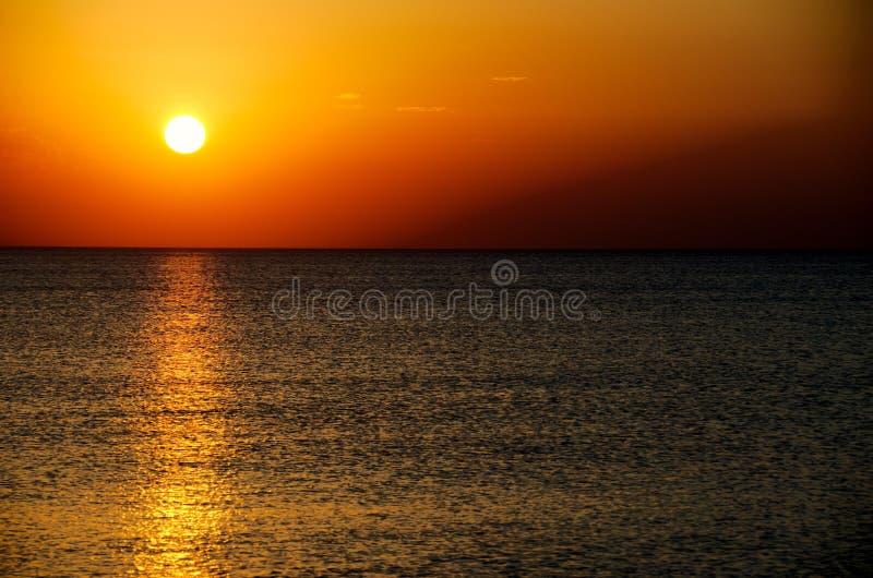 Solnedgång över den Bilgah stranden royaltyfria bilder