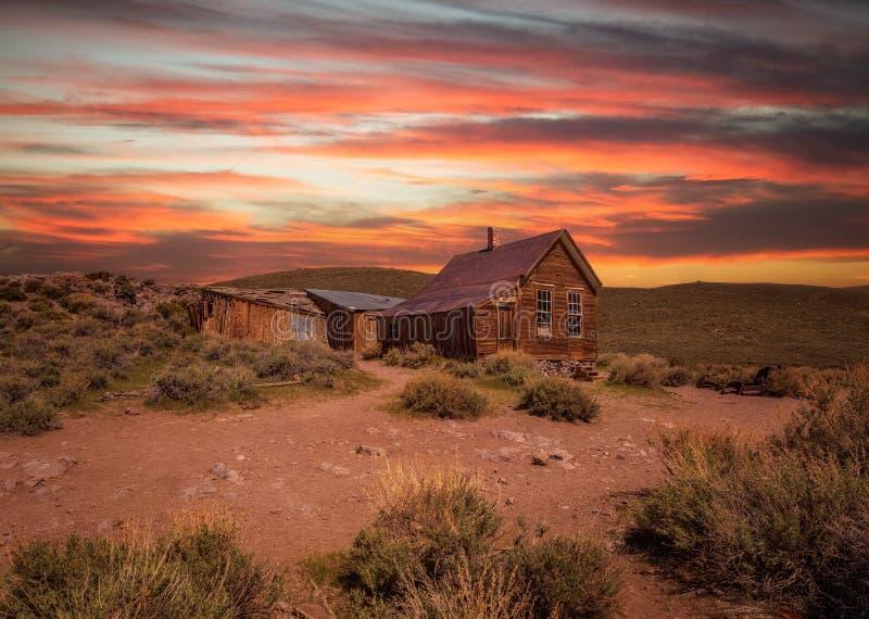 Solnedgång över den Bodie spökstaden i Kalifornien royaltyfria bilder