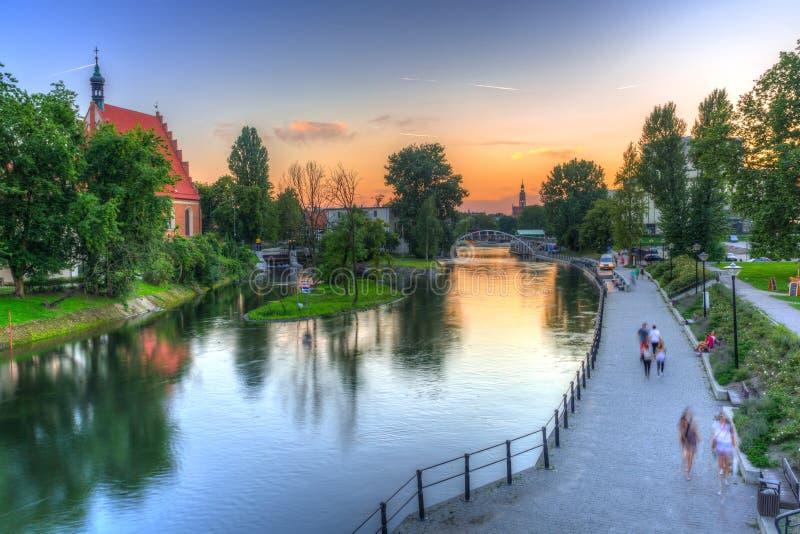Solnedgång över den Brda floden i Bydgoszcz på solnedgången, Polen royaltyfri fotografi
