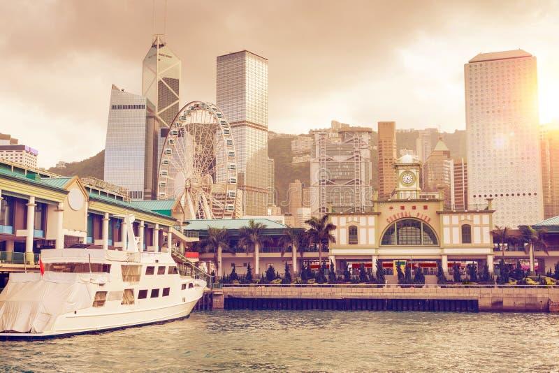 Solnedgång över den centrala pir i Hong Kong royaltyfria foton