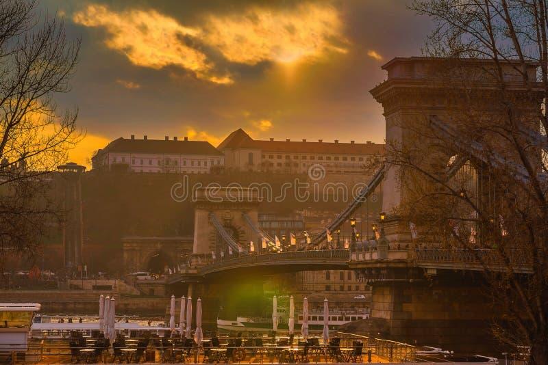 Solnedgång över den Chain bron i Budapest, Ungern royaltyfria foton