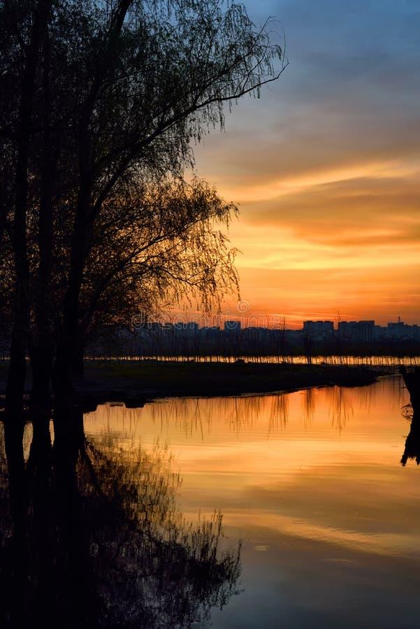 Solnedgång över den Danube River och Galati staden, Rumänien royaltyfri bild