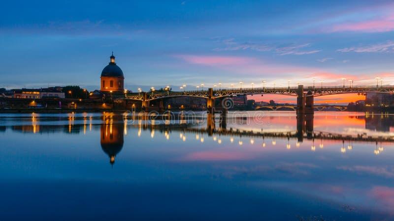 Solnedgång över den Garonne floden, med reflexioner av Saint Pierrebron och kapellet av hÃ'pital St Joseph de la Grav, i Toulouse arkivbilder