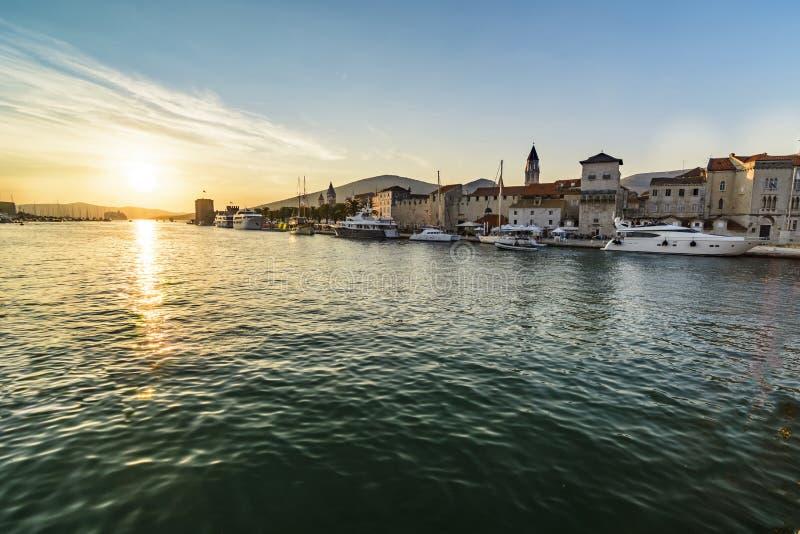 Solnedgång över den historiska staden Trogir fotografering för bildbyråer