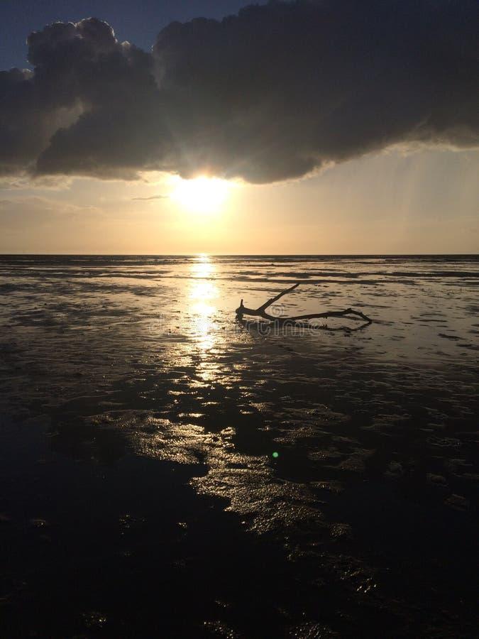 Solnedgång över den Hoylake stranden royaltyfria bilder