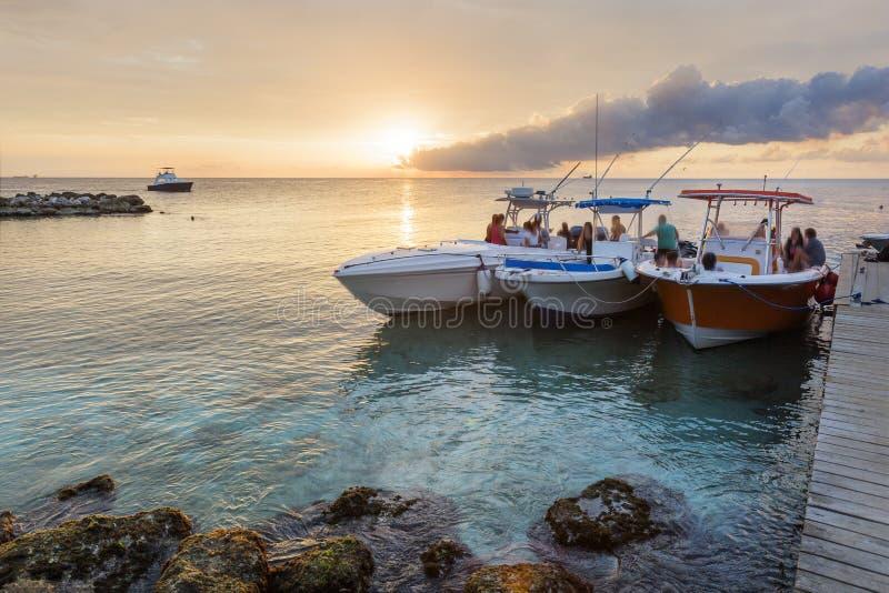 Solnedgång över den Jan Thiel fjärden på Curacao arkivbild