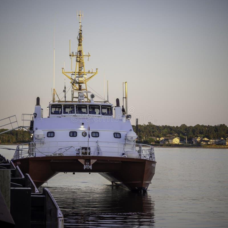 Solnedgång över den kanadensiska kustbevakningskytteln - G för CCGS Frederick bek?nnelse royaltyfria foton