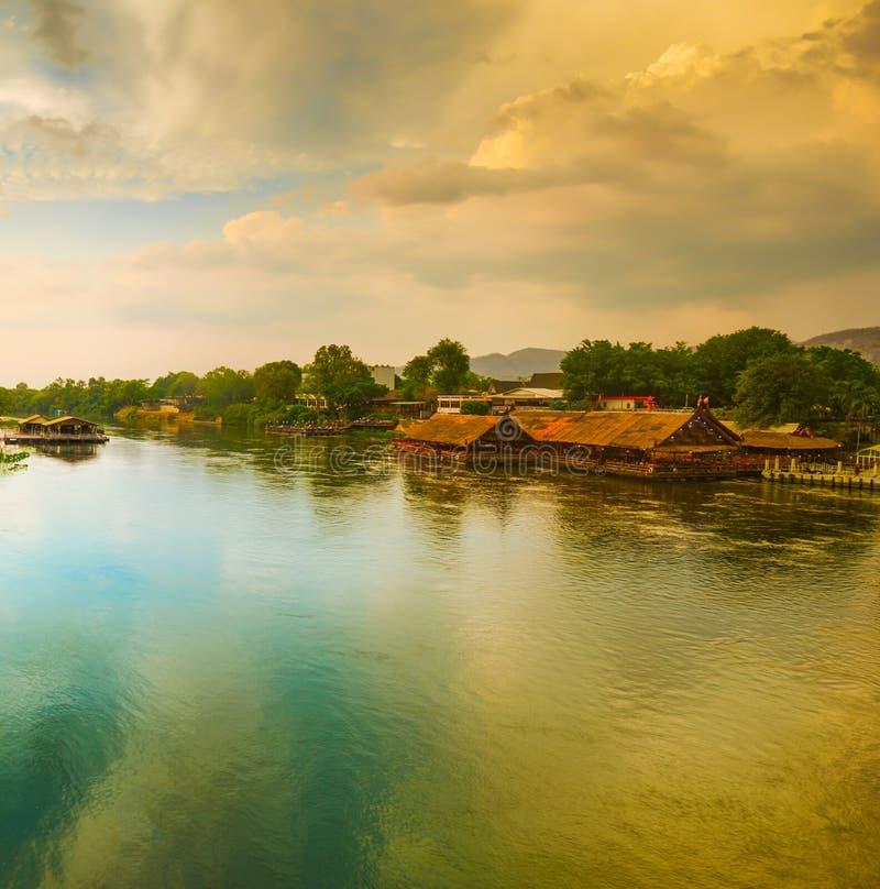 Solnedgång över den Kwai floden, Kanchanaburi, Thailand royaltyfri foto