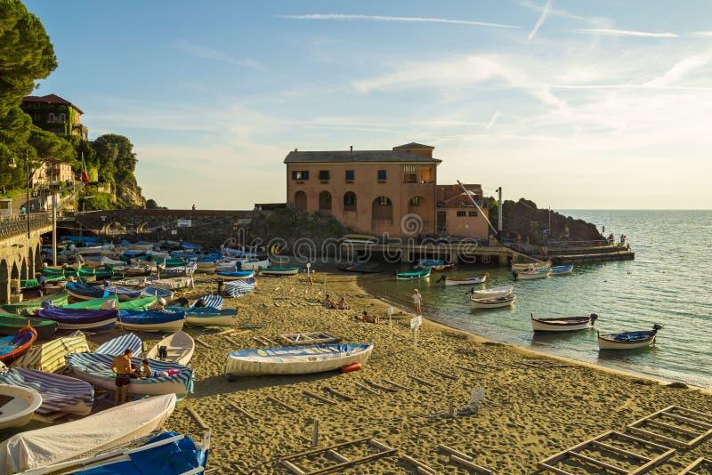 Solnedgång över den Ligurian stranden på Levanto, La Spezia, Italien royaltyfri foto