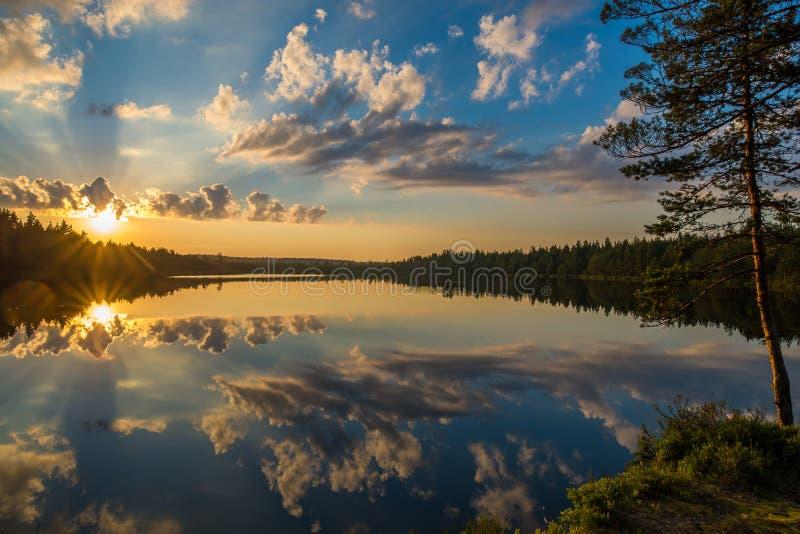 Solnedgång över den lilla sjön royaltyfria bilder