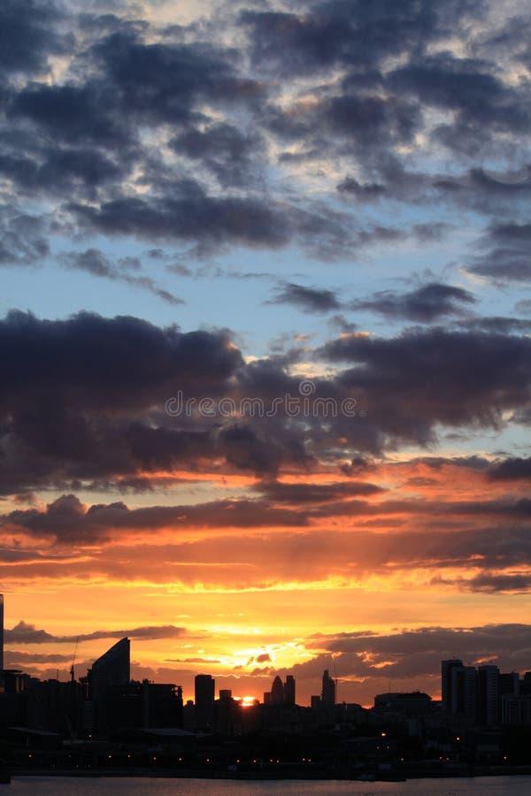 Solnedgång över den London staden royaltyfri foto