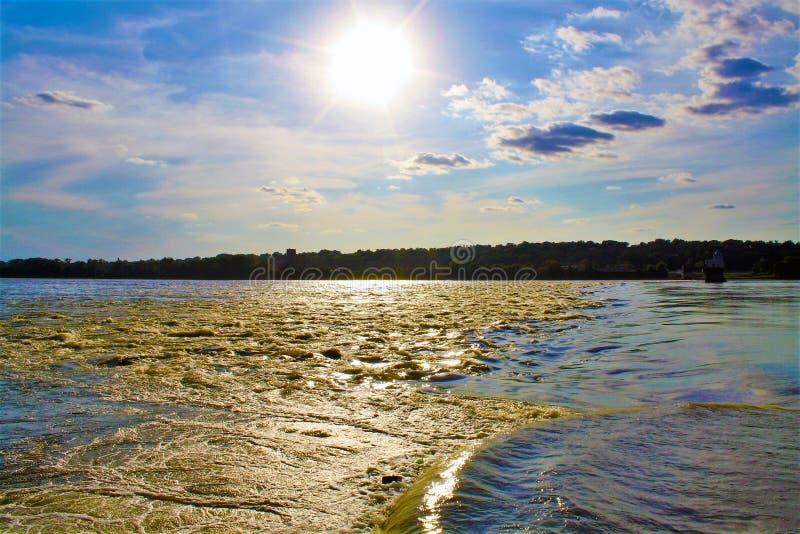 Solnedgång över den Mississippi floden royaltyfri foto