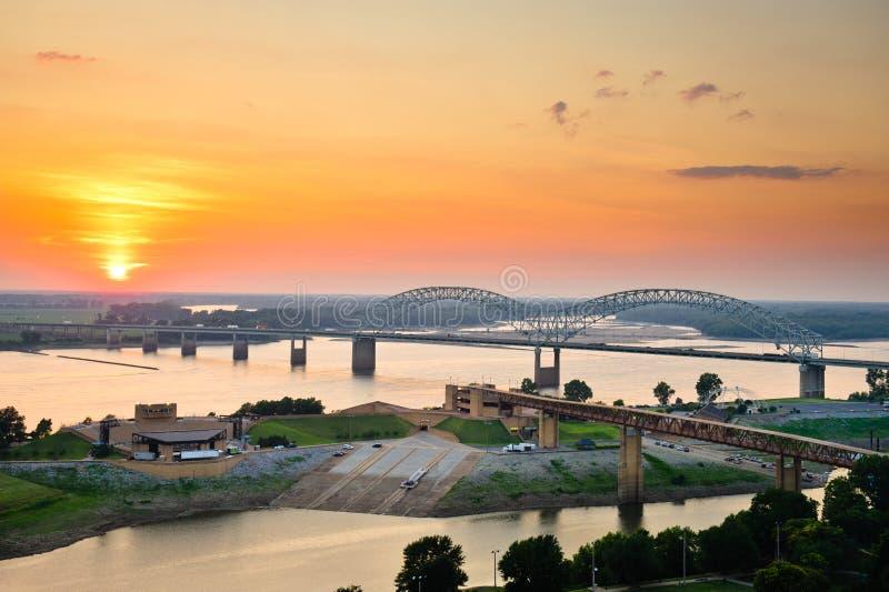 Solnedgång över den Mississippi floden arkivbilder