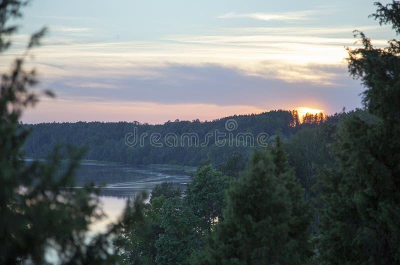 Solnedgång över den Neman floden royaltyfri foto