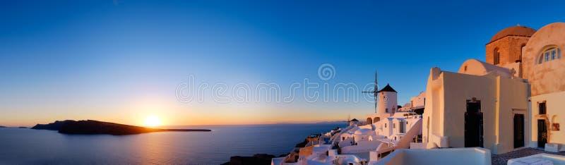 Solnedgång över den Oia byn på den Santorini ön i Grekland arkivfoto