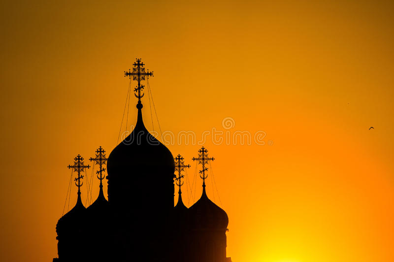 Solnedgång över den ortodoxa kyrkan i den Kaluga regionen i Ryssland royaltyfri fotografi